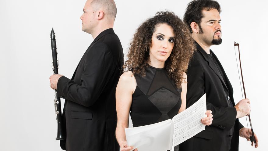 Noemi Brito, piano; Álvaro García, clarinete (izquierda), y Ciro Hernández, violonchelo, integrantes de Maresía Trío