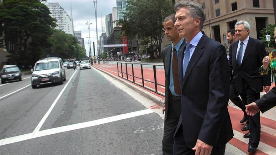Apedrean el vehículo del presidente Macri durante una visita a Neuquén