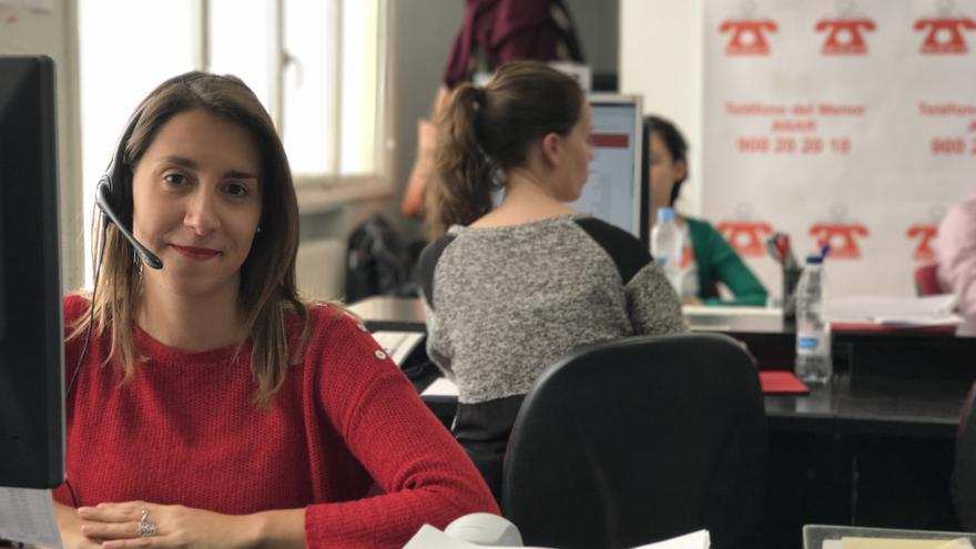 Yanire es una de las psicólogas que atiende el teléfono de ANAR contra el acoso escolar. / ANAR