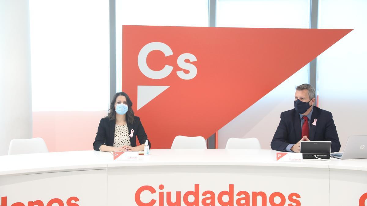 La presidenta de Ciudadanos, Inés Arrimadas, y el vicesecretario primero del partido, Carlos Cuadrado, durante una reunión del Comité Permanente de Cs en la sede de Madrid.