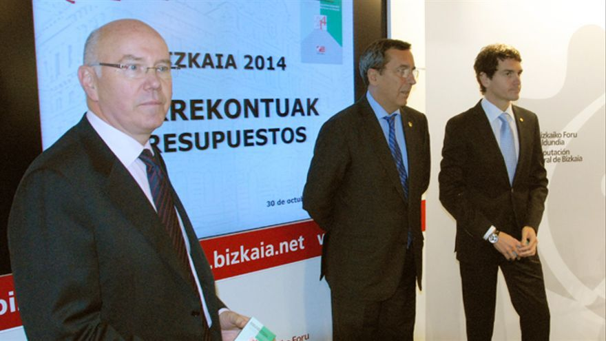 El diputado general de Bizkaia José Luis Bilbao(en el centro) posa junto a los responsables de Hacienda y Presidencia, Iruarrizaga y Rementeria. /Bizkaimedia