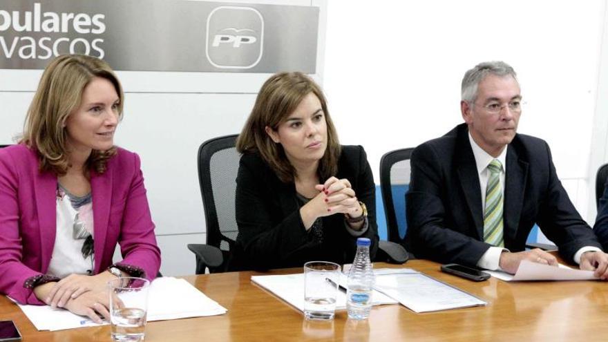 Saenz de Santamaría da a Quiroga el apoyo del Gobierno a su proyecto en el PP vasco