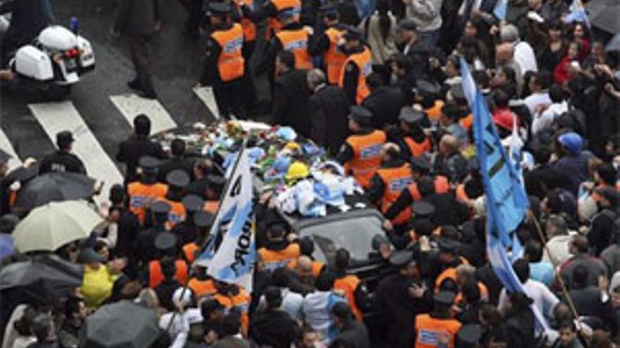 Una marea humana acompaña al cortejo fúnebre de Kirchner