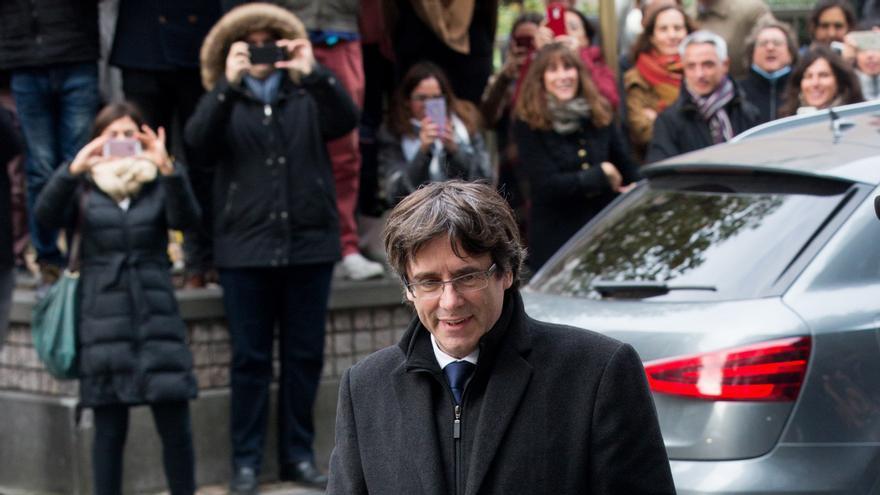 Puigdemont caminando por una calle de Bruselas