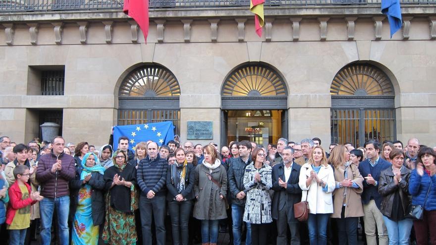 La ciudadanía y las fuerzas políticas de Navarra muestran su unidad contra los atentados terroristas de París