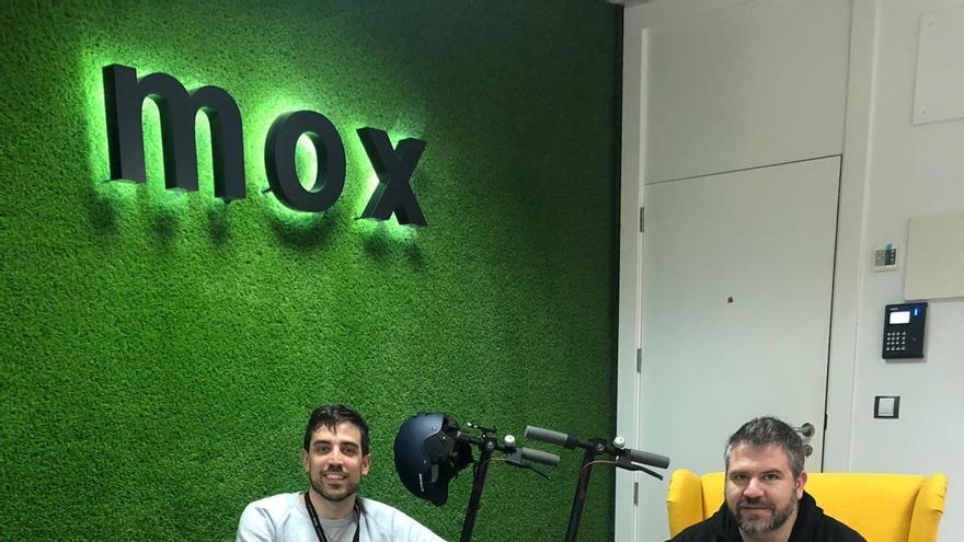 Gregorio López (con ropa negra), consejero delegado de MissionBox, en las instalaciones de la empresa.