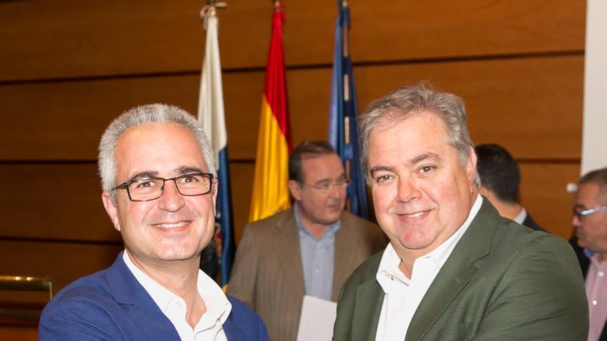 Henry Sicilia (derecha), hoy, en la asamblea de Asprocan, junto a José Lorenzo Pérez.