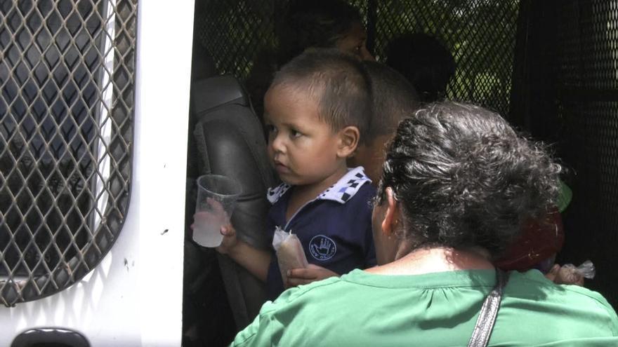 Wilmer, de cuatro años, tras ser detenido junto a su madre por las autoridades en México.