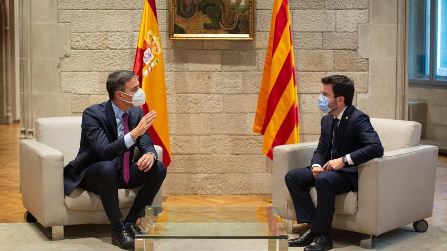 El presidente del Gobierno, Pedro Sánchez (i), y el de la Generalitat, Pere Aragonès (d), se reúnen en el Palau de la Generalitat