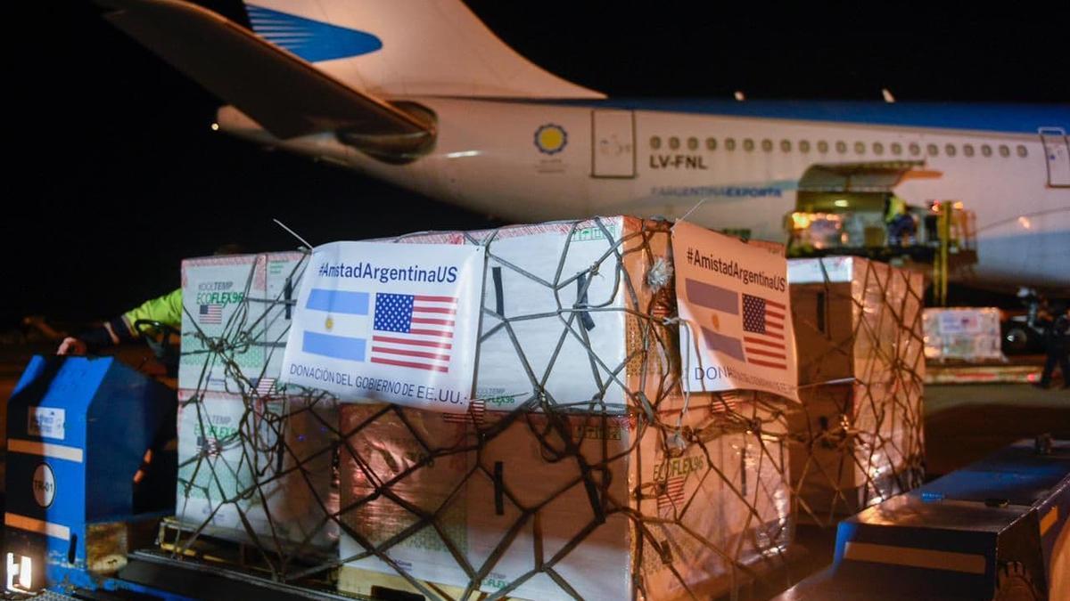El cargamento con las vacunas Moderna, en la pista del aeropuerto de Ezeiza
