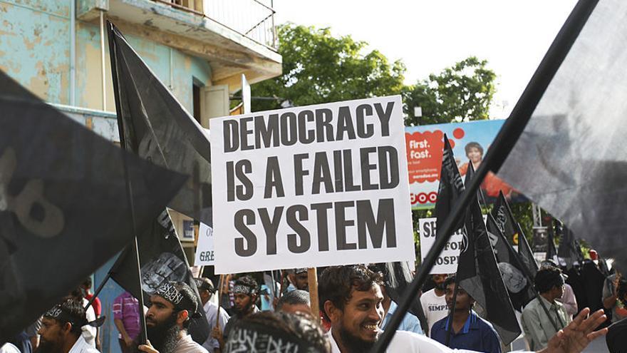 Manifestación celebrada en la capital de Maldivas en septiembre de 2014 por parte de extremistas religiosos que portaban banderas de ISIS.