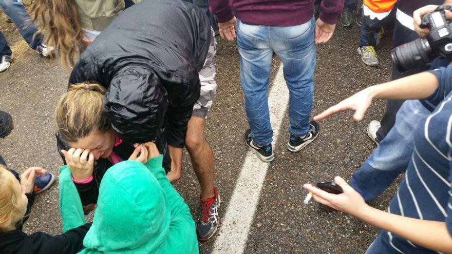 Una chica recibe una pedrada