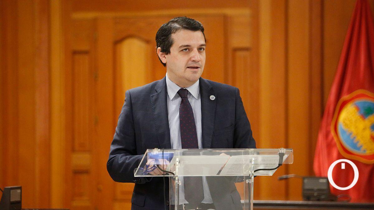 El alcalde, José María Bellido, en el Salón de Plenos.