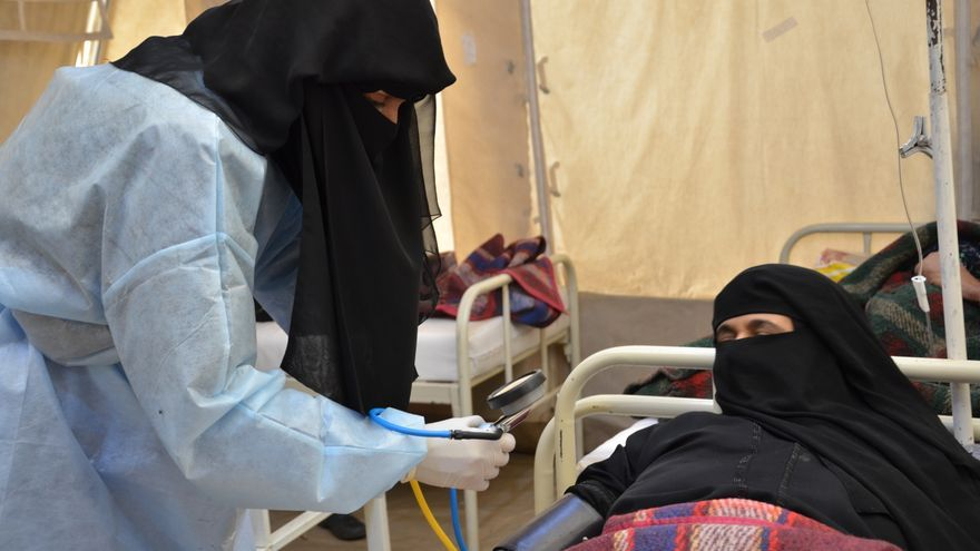 Una enfermera de MSF controla la presión arterial de una mujer con cólera en el centro de tratamiento de cólera de MSF en Khamer.
