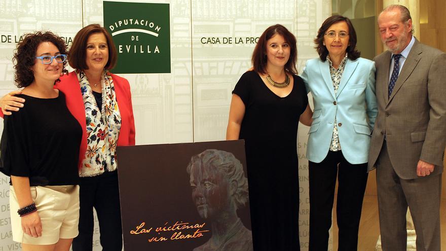 Las consejeras de Cultura e Igualdad junto al presidente de la Diputación de Sevilla y las autoras de 'Las víctimas sin llanto'. / JUAN MIGUEL BAQUERO