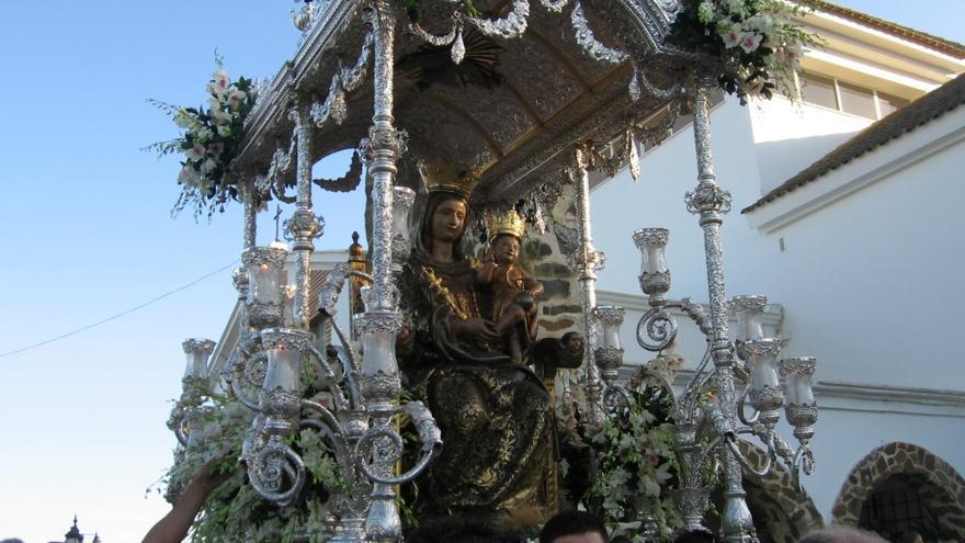 La Virgen de la Bella, en su carreta durante la romería, fiesta que puede más que las elecciones en Lepe.