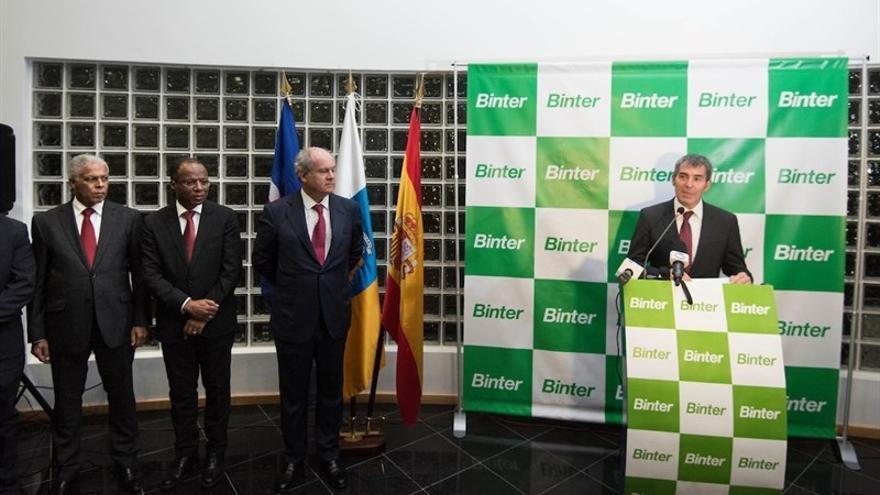 Fernando Clavijo (a la derecha), durante la inauguración de Binter Cabo Verde en Praia