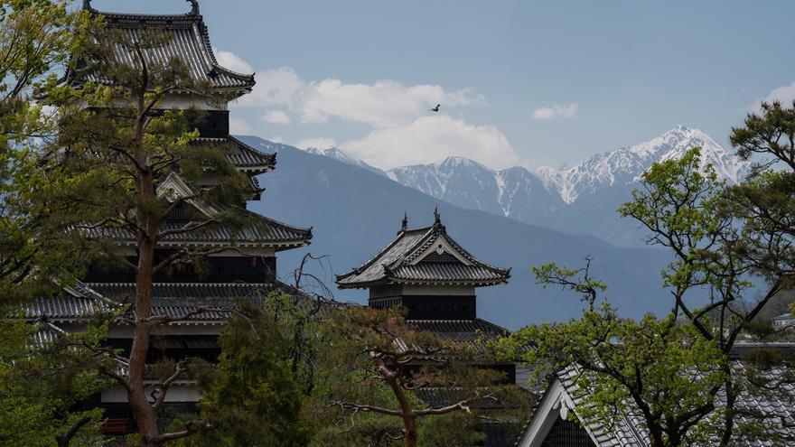 Las torres del Castillo de Matsumoto con los montes Hida al fondo. Big Ben in Japan