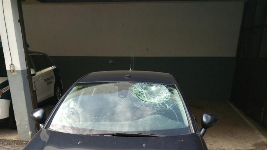 Vehículo de la Guardia Civil, con el parabrisas apedreado este sábado en Tenerife