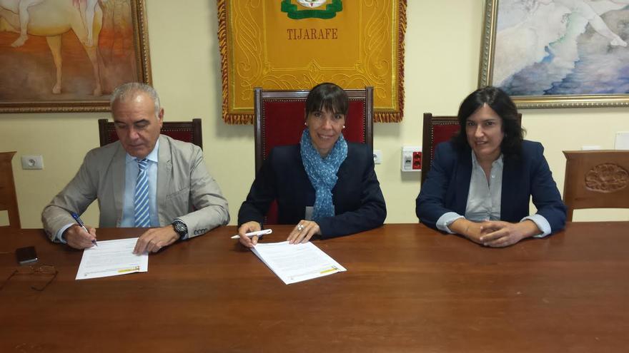 En la imagen, firma del protocolo para la protección de las víctimas de violencia de género.