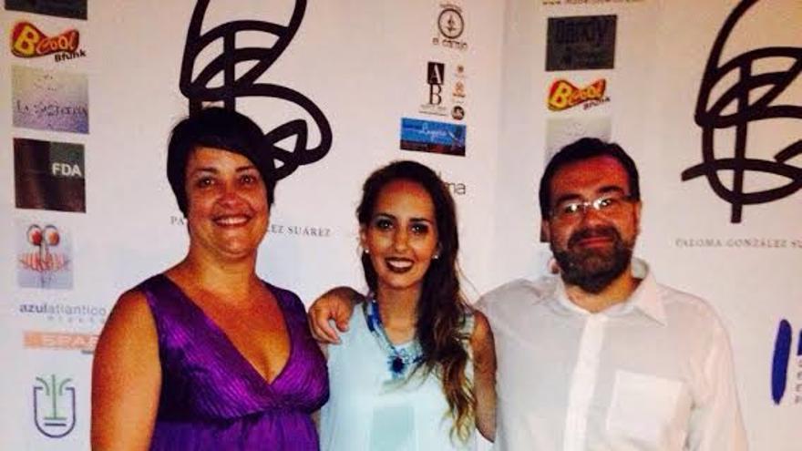 Paloma González (centro), con la concejal de Juventud de Breña Alta, Mayte Rodríguez, y el primer teniente de alcalde, Ángel Alonso de Paz.
