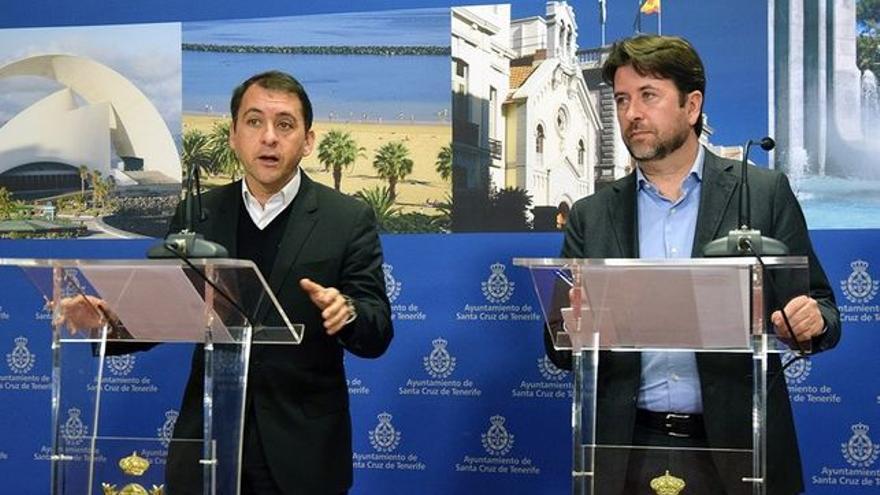 José Manuel Bermúdez, alcalde de Santa Cruz, y Carlos Alonso, presidente del Cabildo de Tenerife, en una imagen de archivo