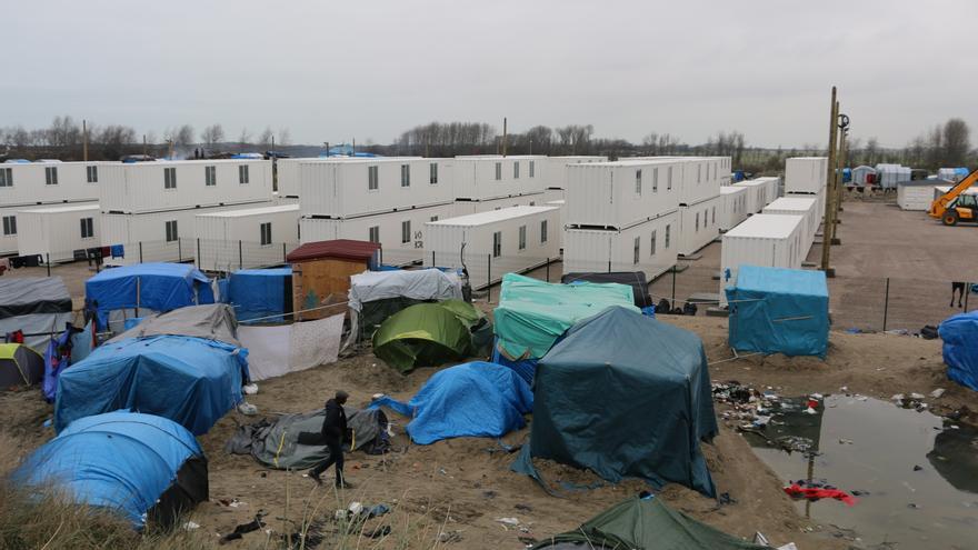 Vista de la parte norte del campamento de refugiados de Calais colindante con los contenedores instalados por las autoridades francesas.   Foto: LUNA GÁMEZ.