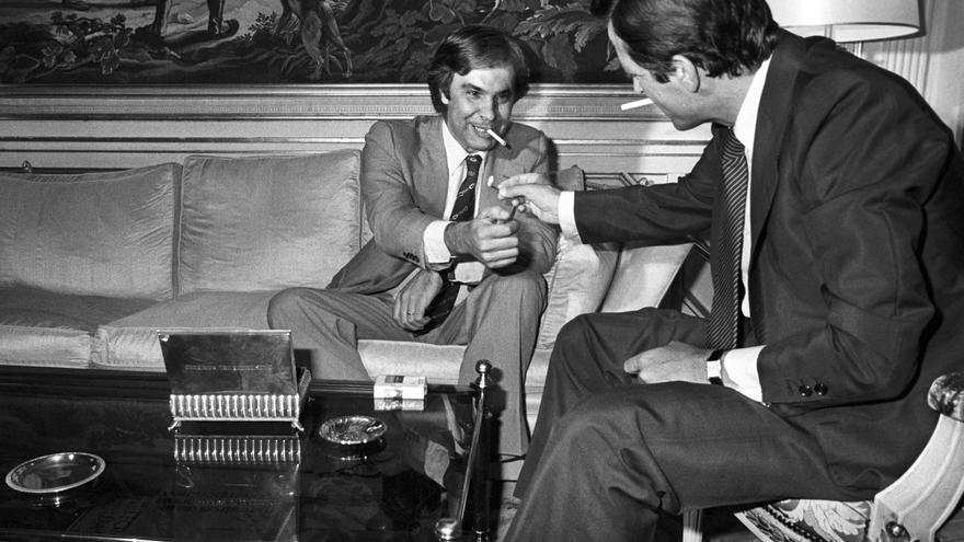 El presidente del Gobierno, Adolfo Suárez (i) conversa con el secretario general del PSOE, Felipe González, momentos antes de la entrevista que mantuvieron en el Palacio de la Moncloa de Madrid. 27/06/1977. EFE/fs