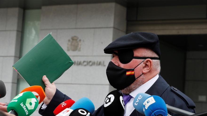 El ex comisario José Manuel Villarejo atiende a los medios a su salida este jueves de la Audiencia Nacional. EFE/Emilio Naranjo