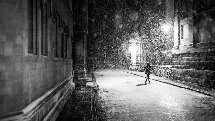 Mujer caminando sola.