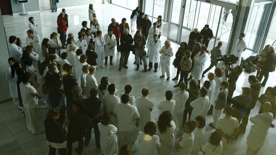 Los trabajadores del hospital, en el momento de empezar el encierro indefinido. / Edu Bayer