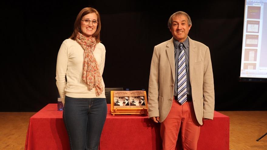 El Cronista Auxiliar Municipal de Cehegín en la presentación de su nuevo libro, y Maravillas Fernández, concejala de Educación