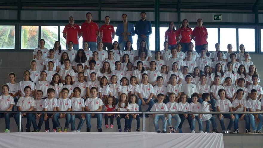 Foto de familia de los jugadores y jugadoras  y entrenadores de Club Baloncesto Doguén con alcalde de Breña Alta y el concejal de Deportes del municipio.