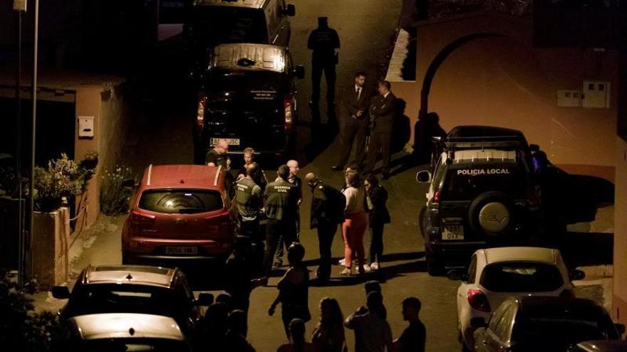 Efectivos de Guardia Civil y la Policía Local en la vivienda del Camino Los Barriales del municipio tinerfeño de Tegueste, donde han sido encontrados sin vida los cuerpos de un hombre y una mujer.
