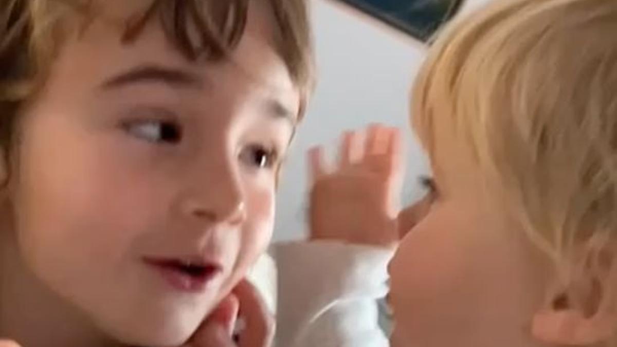 Olivia y Anna, en el vídeo difundido este martes