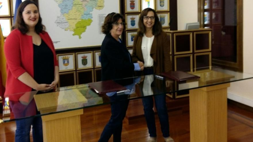 Firma del convenio entre el IAM y la Fundación del Secretariado Gitano