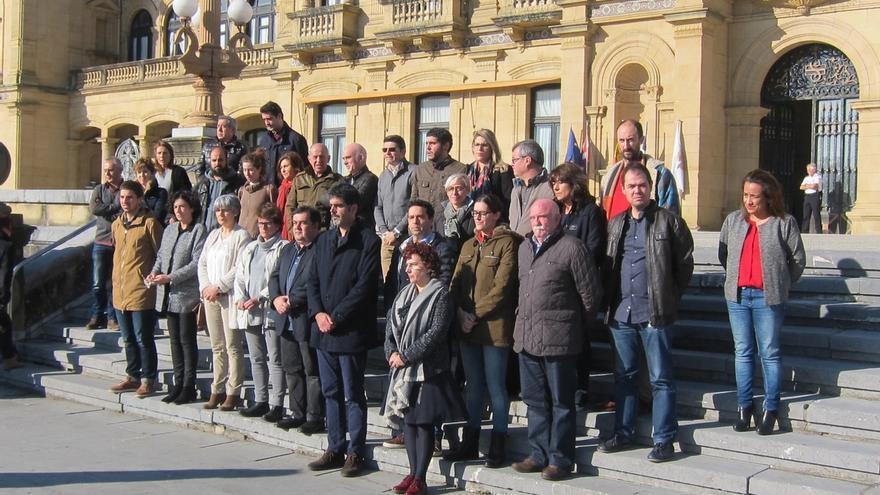 Los grupos municipales de San Sebastián se concentran en rechazo a la violación denunciada por una mujer el domingo