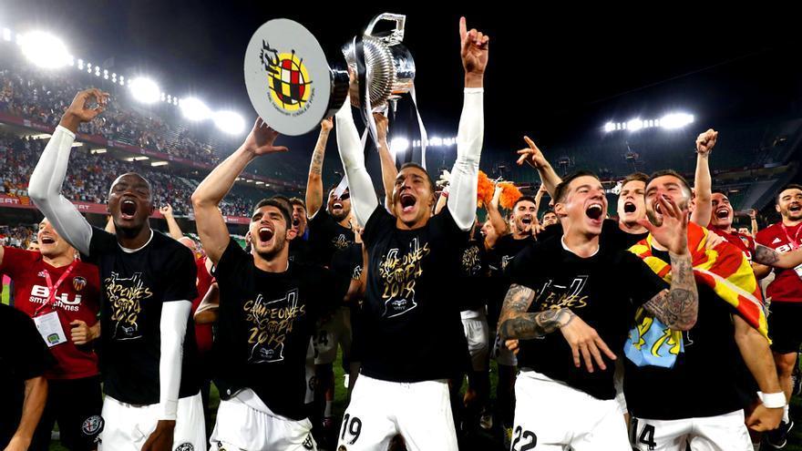 Los jugadores del Valencia celebran la consecución de la Copa del Rey 2019