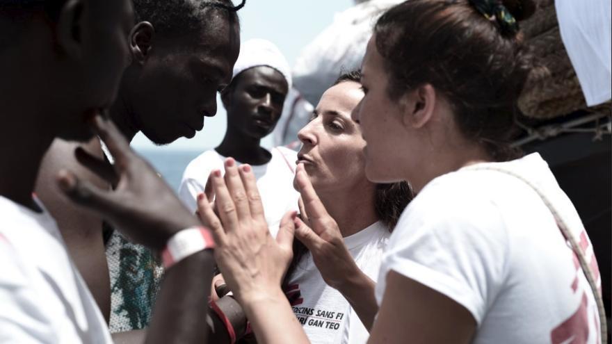 El personal del buque Aquarius trata de calmar a los migrantes rescatados.