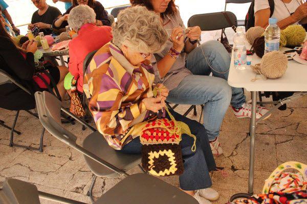 dia-mayores-2016-haciendo-ganchillo