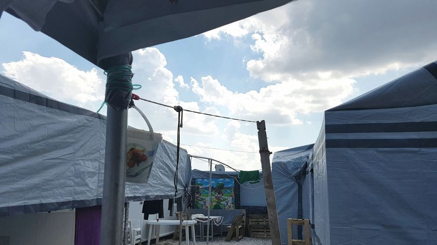 Calle del campo de refugiados de Ritsona, Grecia / AMANDA GÓMEZ CARRUTHERS