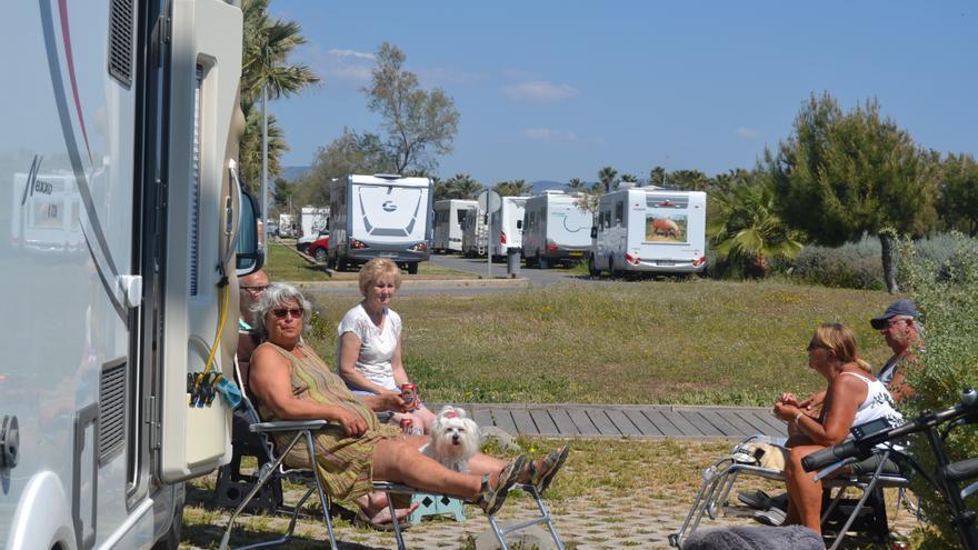 Ocupantes de una autocaravana en el Parque Litoral de Castellón.