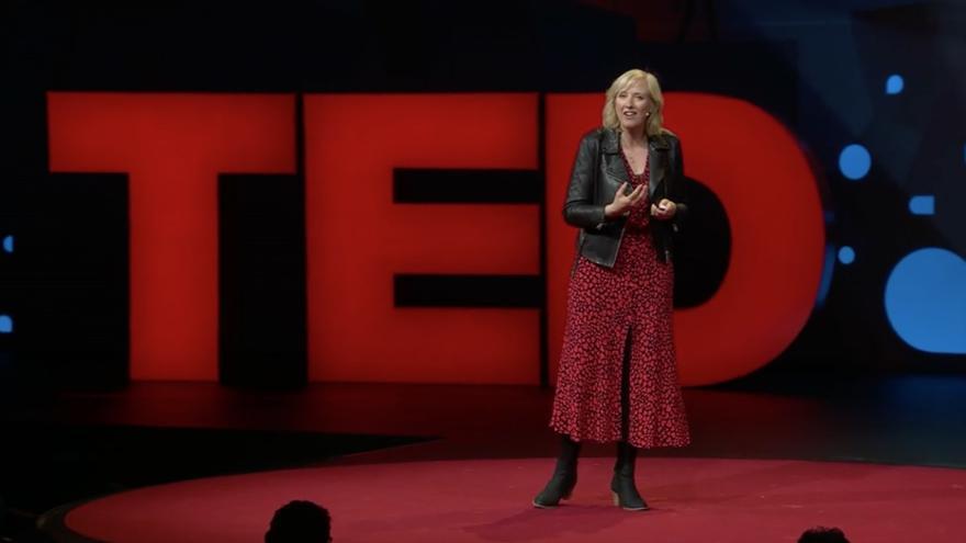 Carole Cadwalladr durante una charla TED.