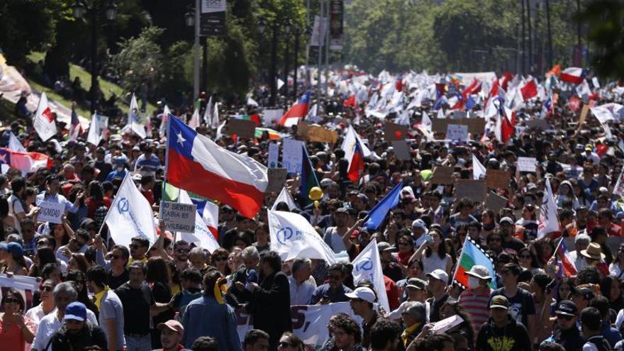 Manifestantes protestan contra el Gobierno por sexto día consecutivo este miércoles, en el centro de Santiago (Chile).