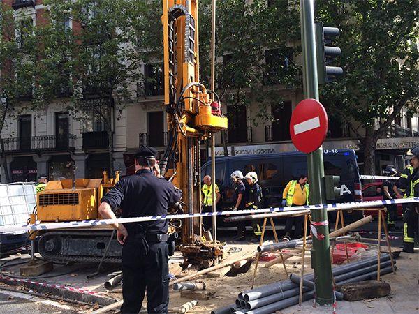 La máquina perforadora y el lugar del accidente laboral | Fotografía: Emergencias Madrid