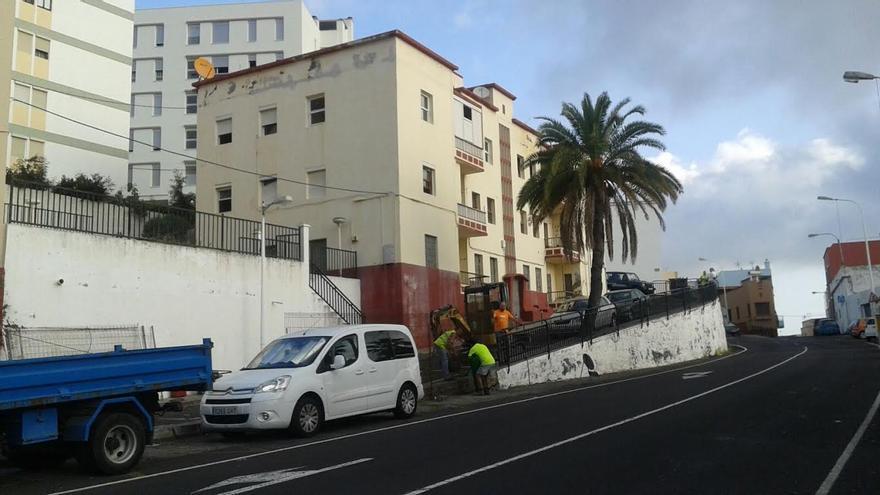 Operativos han comenzado este lunes a vallar el entorno del antiguo albergue municipal de Timibúcar, cuya obra de demolición comenzará en breve.