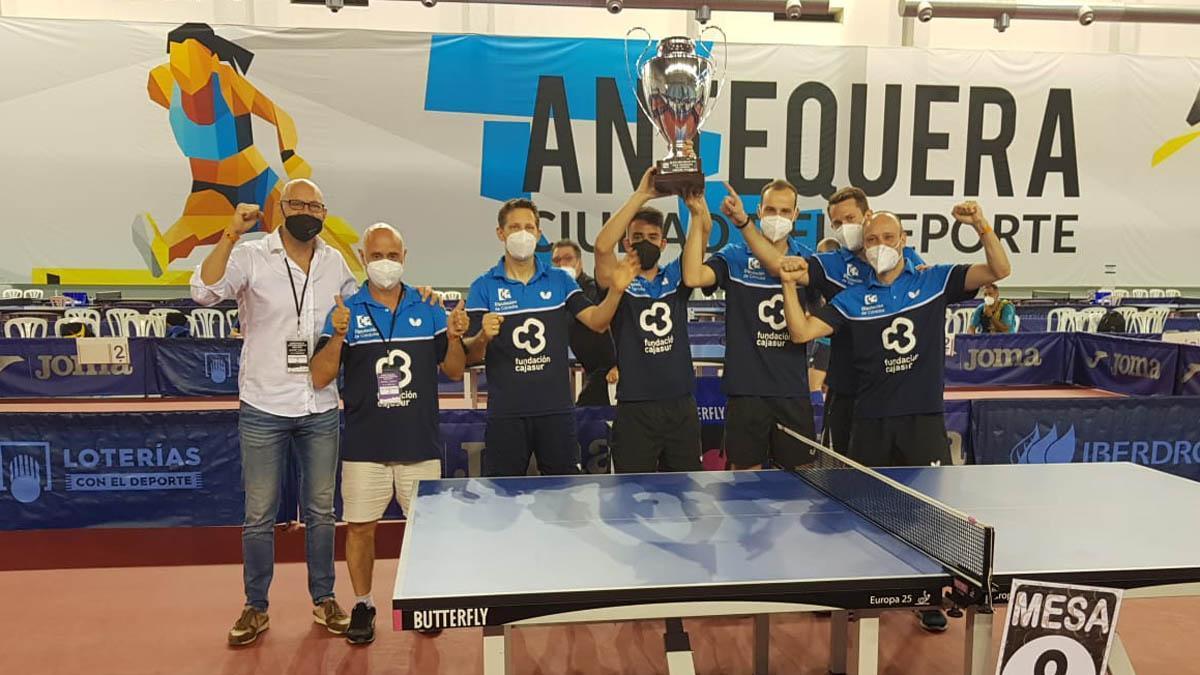 Los integrantes del Cajasur Priego levantan el título de Liga
