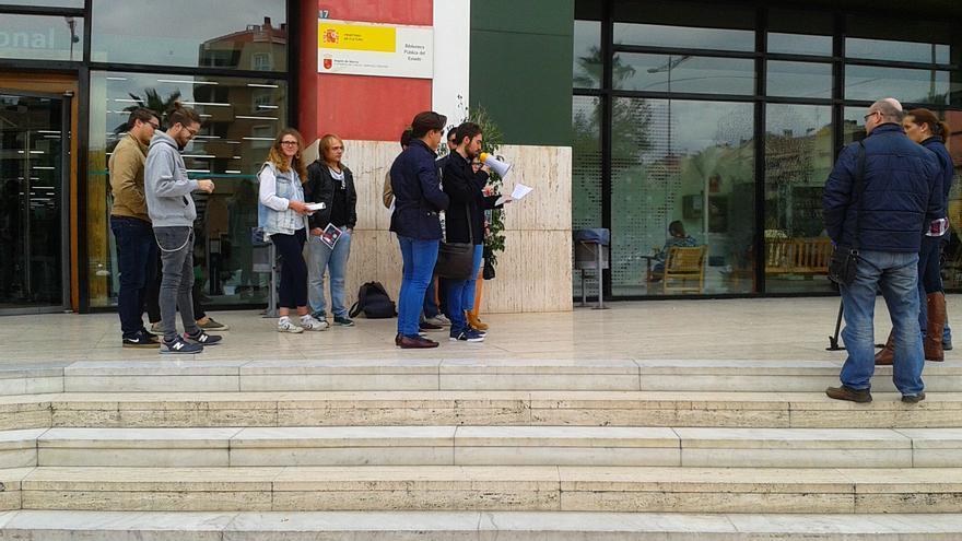 Miembros de la asociación Feremur se manifiestan en contra del cierre de la Biblioteca Regional de Murcia los sábados