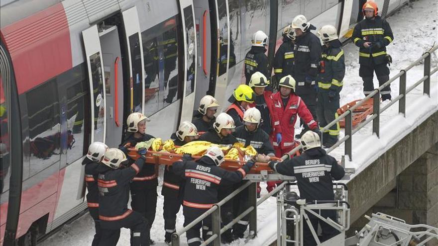 Cinco heridos graves y veinte leves en un choque de trenes en Viena