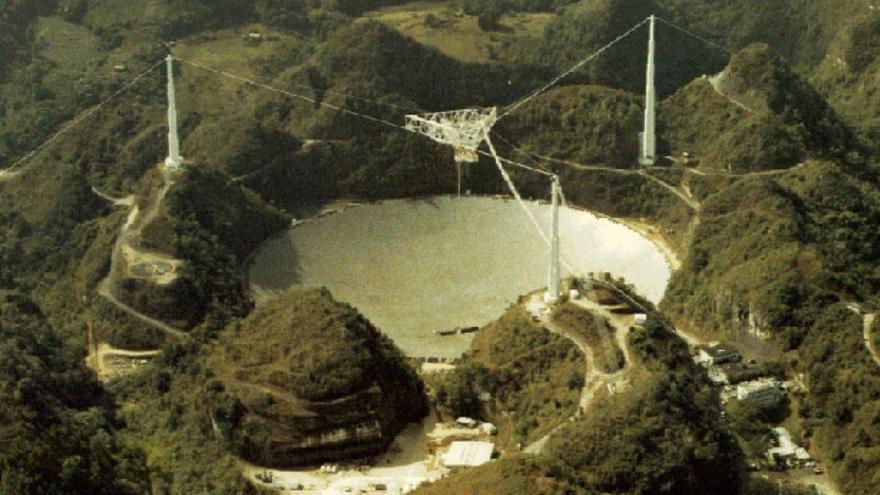 El célebre radiotelescopio de Arecibo, a punto de ser desmantelado